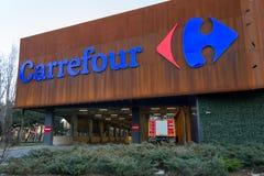 Carrefour supermarktembleem op ParkLake-Winkelcentrumwandelgalerij Carrefour is één van de grootste hypermarket kettingen in de w stock fotografie