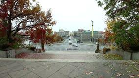 Carrefour sur la rive et le pont au-dessus de Vltava clips vidéos
