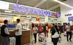 carrefourkunder som skriver in supermarketen Fotografering för Bildbyråer