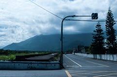 Carrefours et montagnes images stock