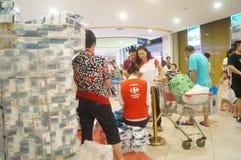 Carrefoursupermarketshopping som överför aktiviteter för en pappers- handduk Royaltyfri Fotografi