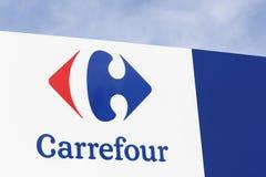 Carrefourzeichen auf einer Platte Stockfotografie