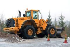 Carregador da roda de Volvo L150E no local da construção de estradas Foto de Stock