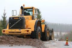 Carregador da roda de Volvo no local rural da construção de estradas Fotos de Stock Royalty Free