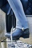 Carregador de equitação do cavalo no stirrup Foto de Stock