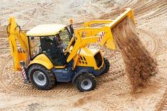 Carregador de máquina escavadora em trabalhos móveis da terra Fotografia de Stock