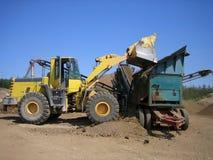 Carregador e triturador no poço de cascalho Fotografia de Stock