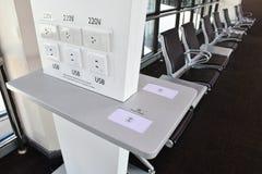 Carregador livre no terminal do transporte, muitos tipos de carregamento, USB, rádio, tomada Fotos de Stock