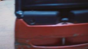 Carregador que carrega grandes caixas com as ma??s video estoque