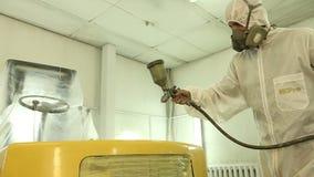 Carregador que está sendo pintado e envernizado em uma câmara da pintura, pulverização carros vídeos de arquivo