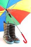 Carregadores de borracha da criança com guarda-chuva colorido Fotografia de Stock