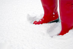 Carregadores vermelhos de wellington na neve fotografia de stock