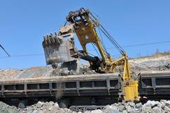 Carregamento de estradas de ferro do minério de ferro Foto de Stock Royalty Free