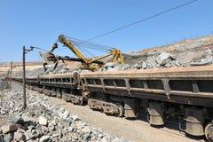 Carregamento de estradas de ferro do minério de ferro Fotos de Stock