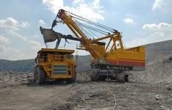 Carregamento do minério de ferro imagens de stock