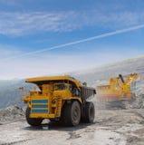 Carregamento do minério de ferro imagem de stock royalty free