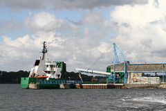 Carregamento do navio de carga imagem de stock