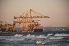 Carregamento dos navios de carga fotografia de stock