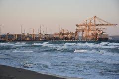 Carregamento dos navios de carga fotos de stock