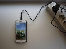 Carregamento sem fio para o smartphone O smartphone ? carregado se posto sobre a superf?cie da esta??o detalhes fotos de stock