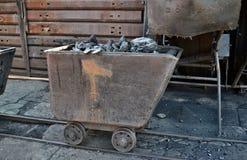 Carregando e transportando railcars de carvão foto de stock