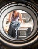 Carregando a máquina de lavar Imagens de Stock Royalty Free