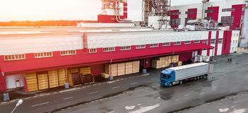 Carregando o caminhão na fábrica imagens de stock royalty free