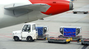 Carregando um avião Imagem de Stock
