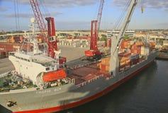 Carregando um navio de recipiente, porto do Palm Beach, Florida, EUA Fotografia de Stock