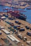 Carregando um navio de transporte com a carga, recipientes, com efeito da lente do inclinação-deslocamento Fotografia de Stock Royalty Free