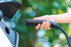 Carregando um veículo elétrico imagens de stock
