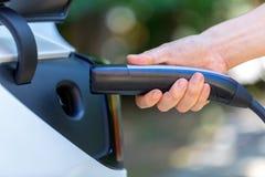 Carregando um veículo elétrico fotografia de stock