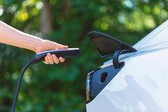 Carregando um veículo elétrico fotos de stock