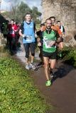 Carreggiata con i corridori alla maratona dell'epifania, Roma, Italia Fotografie Stock