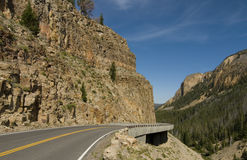 Carreggiata della montagna nella sosta nazionale del Yellowstone Fotografie Stock Libere da Diritti