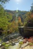Carreggiata e ponte in montagne durante i colori di caduta fotografia stock