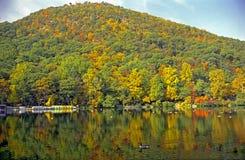 Carregue a montanha e o lago imagens de stock