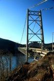 Carregue a ponte da montanha no inverno fotografia de stock