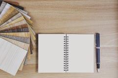 Carrelage de stratifié et de vinyle sur les échantillons en bois de fond d'OE Photos stock