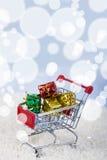 Carrelli con i regali di Natale nella neve Concetto di Chri Fotografie Stock Libere da Diritti