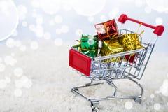 Carrelli con i regali di Natale nella neve Concetto di Chri Immagini Stock Libere da Diritti
