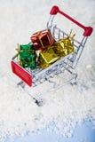 Carrelli con i regali di Natale nella neve Concetto di Chri Fotografia Stock