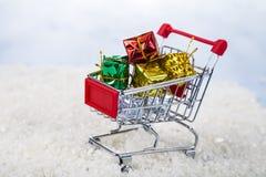 Carrelli con i regali di Natale nella neve Concetto di Chri Immagine Stock