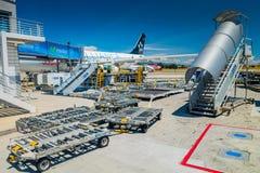 Carrelli dell'attrezzatura del supporto al suolo di Avianca e Immagine Stock