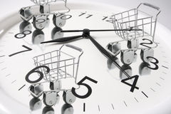 Carrelli di acquisto sull'orologio di parete Immagine Stock
