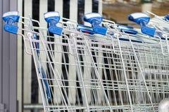 Carrelli di acquisto vicino al centro commerciale mega Fotografia Stock Libera da Diritti