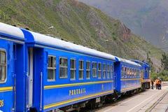 Carrelli di Perurail per i locali alla stazione ferroviaria in Ollantayta Fotografia Stock