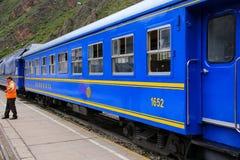 Carrelli di Perurail per i locali alla stazione ferroviaria in Ollantayta Fotografia Stock Libera da Diritti