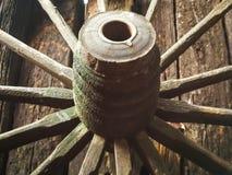 Carrelli-ruote relitti sono im legno Stockfotografie
