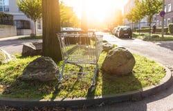 Carrello abbandonato al marciapiede nell'area d'abitazione Fotografia Stock Libera da Diritti